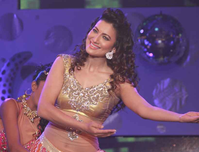 Gauhar Khan Performing at the awards