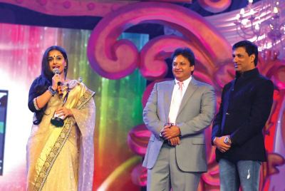 Award presented by Shashi Ranjan and Madhur Bhandarkar to Vidya Balan