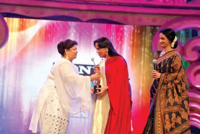 Award presented by Saroj Khan and Rajeshwari Badola to Salma Sultan