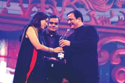 Award presented by Anirudh Dhoot (Director- Videocon) and Rana Kapoor (CEO and MD Yes Bank) to Juhi Chawla