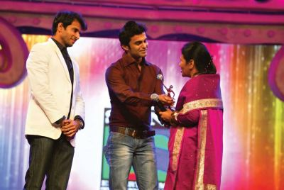 Award presented by Ankur Nayyar and Amit Dolawat to Agnes Kharshing