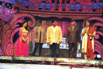Award presented by Deeya Singh, Rajan Shahi and Govind Namdeo to Giaa Manek and Rashmi Sharma
