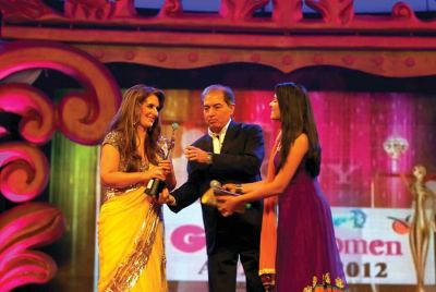 Award presented by Pooja Gor and Anil Khera (CEO- Videocon D2H) to Pria Kataria Puri