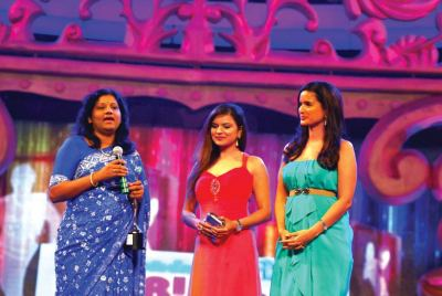 Award presented by Aashka Garodia and Sushma Reddy to Vishaka Mulye