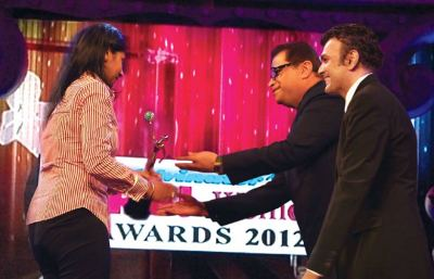 Award presented by Ramesh Taurani and Sanjay Arora (MD- D\'decor) to Anjana Reddy