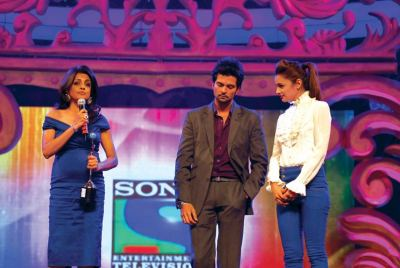 Award presented by Raquesh Vashishth and Yuvika Chaudhary to Chhaya Momaya