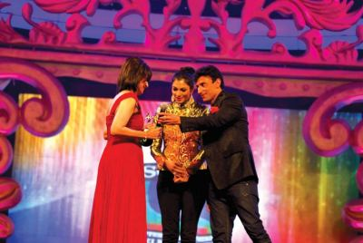 Award presented by Zarina Wahab and Anirudh Dhoot (Director- Videocon) to Shamshad Begum