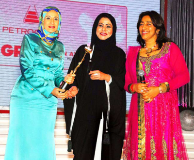Her Highness Sheikha Dr. Hind Al Qassimi (Chairman, EMIRATES Bussiness Women\'s Council) and Anu Ranjan to Afnan Rashid Al Zayani