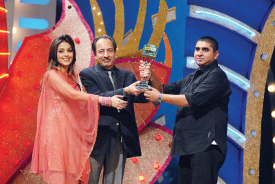 Aarti Chhabria and Sanjeev Aga, Managing Director IDEA Cellular, presenting trophy to Rajan Shahi