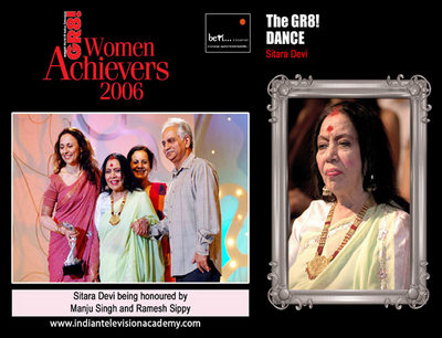 Sitara Devi being honoured by Manju Singh and Ramesh Sippy