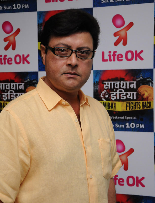 Sachin Pilgaonkar as the host of Life OK's Savdhan India-Mumbai Fights Back