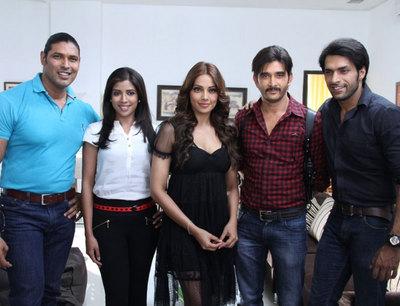 GR8! TV Magazine - Bipasha Basu on Arjun Set to promote Aatma