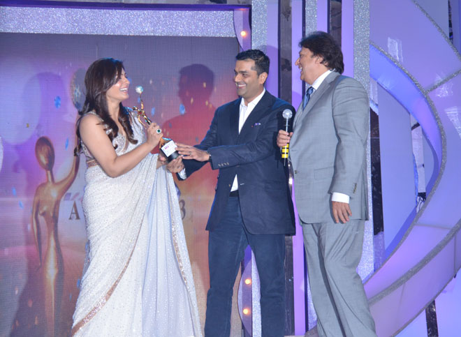 Karan Ahluwalia, President and Country Head, Media and Entertainment Banking, Yes Bank) and Shashi Ranjan (Convenor- The ITA and Director- GR8! Entertainment Ltd) to Raveena Tandon