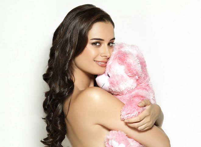 Evelyn Sharma Kiss In Issaq Evelyn sharma kissing ...