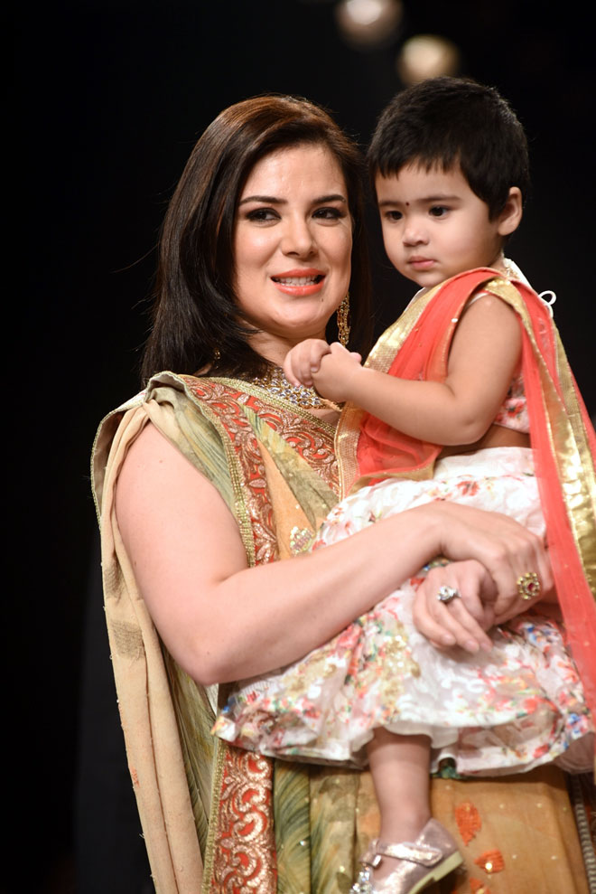 Urvashi-Sharma-Joshi-with daughter